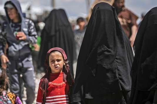 Des femmes et leurs enfants à l'intérieur du camp de personnes déplacées d'Al-Hol, dans le nord-est de la Syrie, le 18 avril.