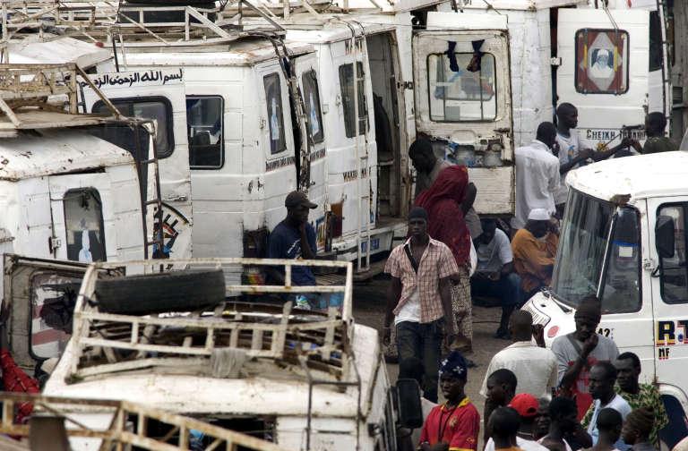 Des minibus à la gare de Patte d'oie, à Dakar, en juillet 2008.