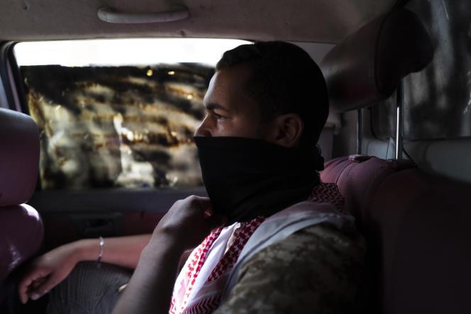 Ziad, 23ans, à l'arrière d'un pick-up qui fonce vers la ligne de front d'Aïn Zara, dans la banlieue sud de Tripoli, le 25avril.