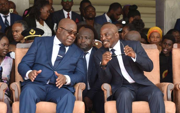 Le nouveau président congolais, Félix Tshisekedi (à gauche), et son prédécesseur, Joseph Kabila, lors de l'investiture du premier, à Kinshasa, le 24janvier 2019.
