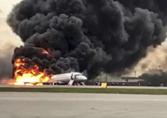Les enquêteurs russes ont récupéré, lundi 6mai, les enregistreurs de vol à bord de l'épave de l'avion de la compagnie Aeroflot détruit la veille par les flammes après un atterrissage d'urgence à l'aéroport de Moscou-Cheremetievo, d'où l'appareil, un Superjet-100, avait décollé peu auparavant à destination de Mourmansk.