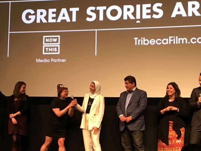 La productrice du film « Picture Character» Jennifer 8. Lee tend le micro à la jeune Rayouf Alhumedhi, qui a obtenu la création d'un émoji hijab.