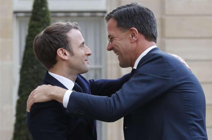 Emmanuel Macron accueillant le premier ministre néerlandais Mark Rutte à l'Elysée, le 6 mai.