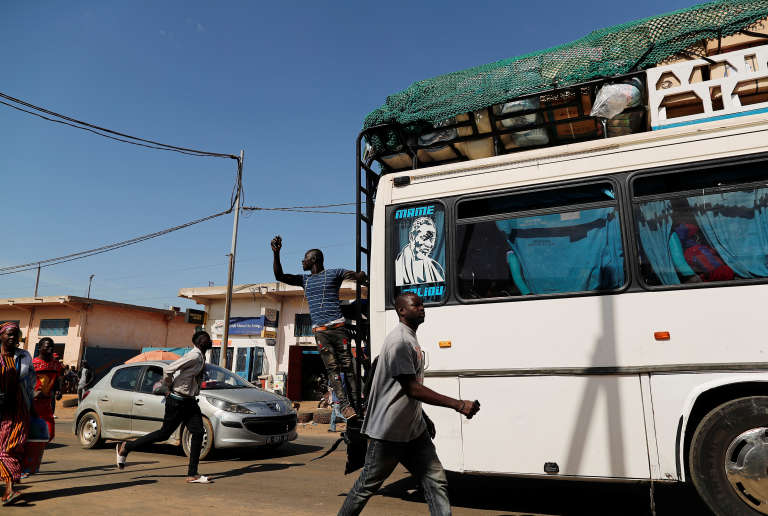 Un bus sénégalais à Pikine, en banlieue de Dakar, en février 2019.
