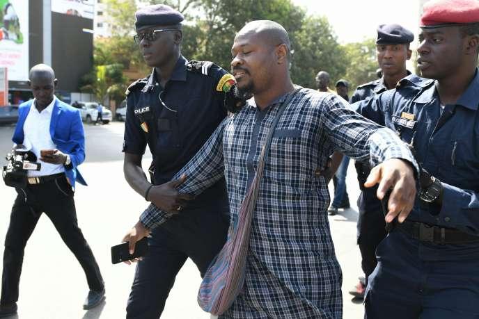 Le militant sénégalais Guy Marius Sagna est arrêté par la police lors d'une manifestation contre la révision de la Constitution, à Dakar, le 4mai 2019.
