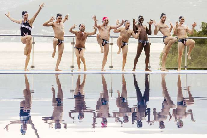 Une comédie populaire autour d'une équipe de water-polo gay qui brille plus par son sens de la fête que par ses performances.