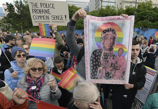 Des manifestants défilent en soutien àl'activiste Elzbieta Podlesna, interpellée le 6 mai par la police, après la diffusion d'une affiche montrant la Madone noire de Czestochowa – vénérée par les chrétiens catholiques et orthodoxes –, auréolée d'un arc-en-ciel, symbole de la communauté LGBT. AVarsovie le 7 mai 2019.