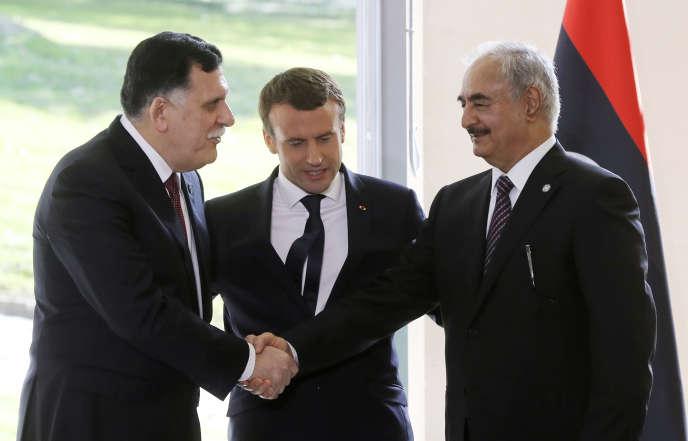 De gauche à droite : le premier ministre libyen, Fayez Al-Sarraj, le président français, Emmanuel Macron, et le maréchal Khalifa Haftar, à Le Celle-Saint-Cloud, en France, le 25juillet 2017.
