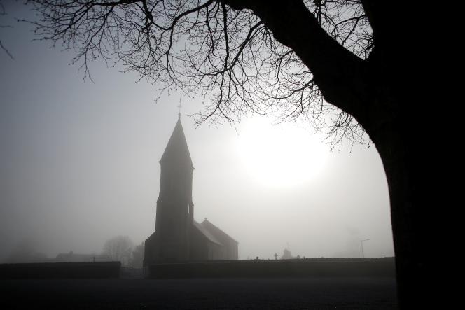 L'église Saint-Laurent est vue au lever du soleil à Longues-sur-Mer, en Normandie, le 27 mars 2019.