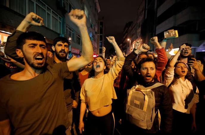 A Istanbul, manifestation contre le Haut Comité électoral à propos de sa décision d'annuler le vote du 31 mars, le 6 mai 2019.