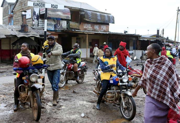 Des conducteurs de « boda boda» attendent des passagers dans le quartier de Kangemi, en banlieue de Nairobi, en novembre 2015.