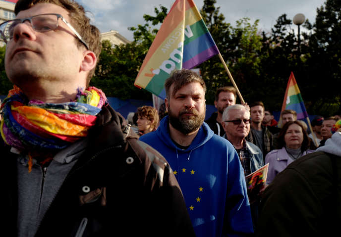 Des militants pro-LGBT manifestent à Varsovie, en Pologne, le 7 mai 2019.