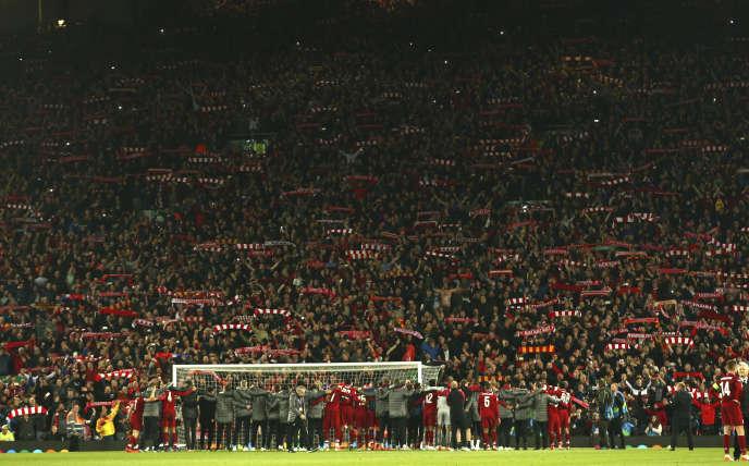 Liesse des supporteurs après la victoire contre le FC Barcelone en demi-finale de la Ligue des Champions, le 7 mai à Liverpool (Royaume-Uni).