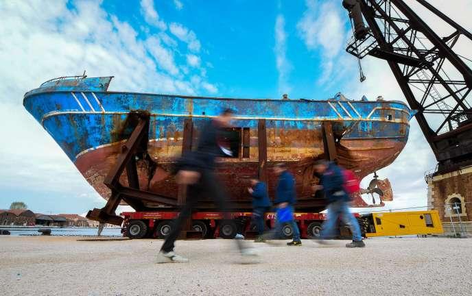 « Barca nostra ». Cette épave, exposée par Christoph Büchel, a sombré le 18 avril 2015 avec des centaines de migrants à bord.
