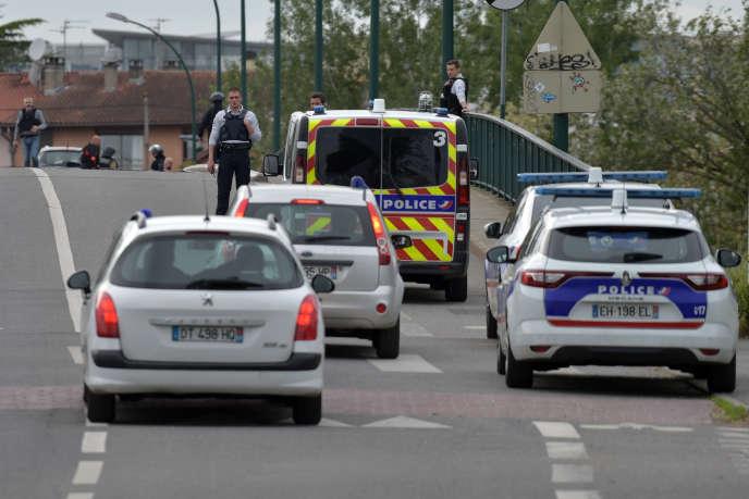 Des policiers sécurisent la zone autour d'un bar-PMU où un homme retient quatre personnes en otage, le 7 mai 2019 à Blagnac, près de Toulouse.