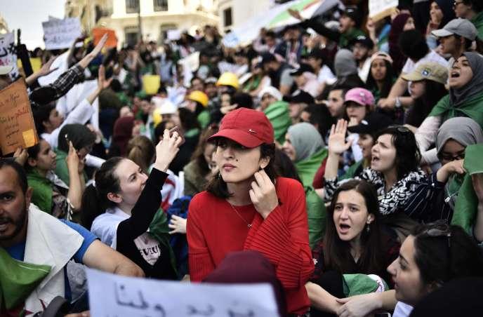 Des étudiants manifestent à Alger, le 7 mai.