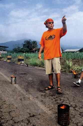 Alejandro González Iñárritu est-il en vacances? Dans un camping? Désigne-t-il du doigt l'emplacement idéal pour sa caravane? Absolument pas. A 37ans, le réalisateur tourne, un an après lasortie d'«Amours chiennes», son premier long-métrage, unfilmpublicitaire vêtu d'un tee-shirt Adidas oversize, d'unbermuda cargo (reconnaissable aux poches latérales originellement pensées pour que les soldats anglais puissent y ranger leurs cartes militaires), d'une paire de sandales à scratch et d'un bandana orange. Par charité, nous n'en rajouterons pas.