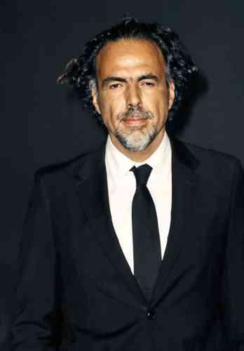 Dans quelques jours, Alejandro González Iñárritu présidera lejury du 72eFestival de Cannes. D'ici là, aura-t-il eu letemps de saisir la différence entre un vulgaire costume noird'enterrement (comme celui-ci,en novembre2018) etun véritable smoking, àreverspointus gansés de soie et équipés de poches sans rabats? Souhaitons-le. Maisrestons toléran : nous revenons detrèsloin avec lui.