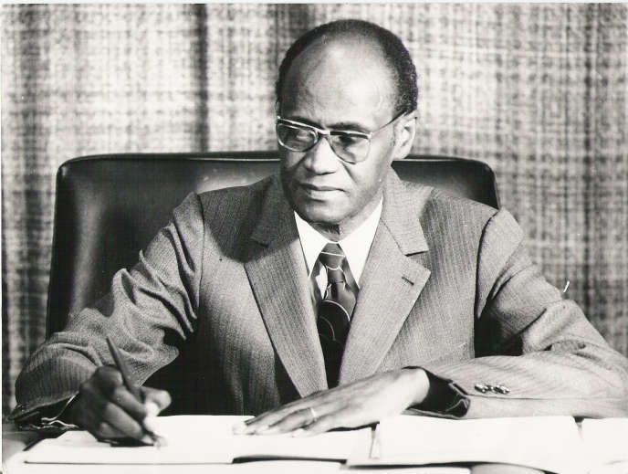 Le fondateur de Présence africaine, Alioune Diop, à son bureau, à Paris, vers 1975.