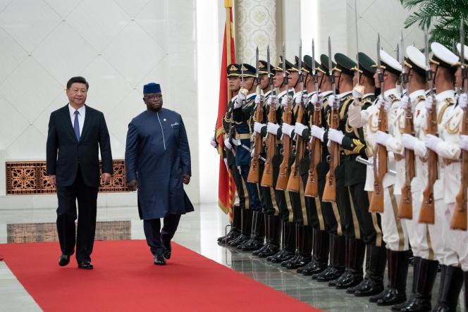 Les présidents Xi Jinping (Chine) et Julius Maada Bio (Sierra Leone), à Pékin, le 30août 2018.