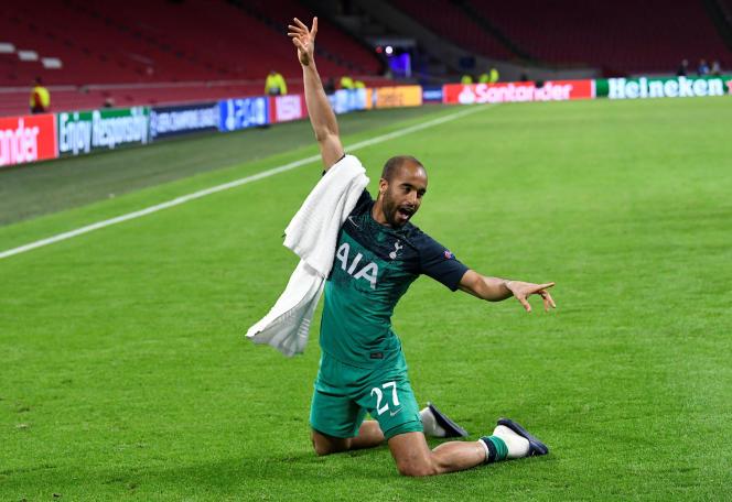 Lucas Moura célèbre la qualification de Tottenham sur la pelouse de l'Ajax Amsterdam, jeudi 08 mai.