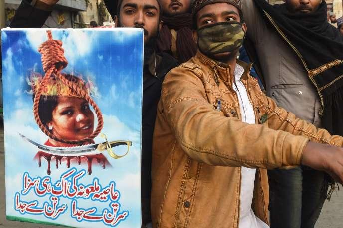 «La vaste majorité des chrétiens du pays sont d'anciens intouchables hindous, convertis à l'époque coloniale. Mais cette conversion n'a pas permis d'effacer le statut d'impureté propre à leur caste, spécialisée dans l'enlèvement des ordures» (Manifestation le 1er février contre l'acquittement d'Asia Bibi, à Islamabad).