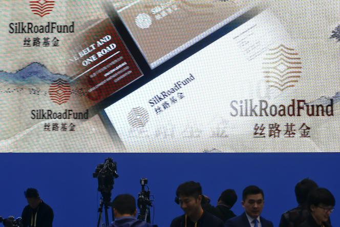 Des journalistes travaillent à proximité d'un écran publicitaire pour le Belt and Road forum, le 27 avril à Pékin.