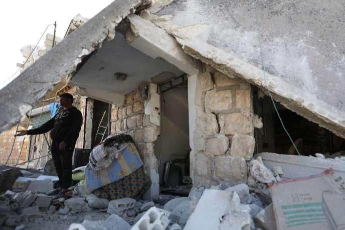 Un homme se tient sous un immeuble détruit par les bombardements, dans la province d'Idlib tenue par les djihadistes, le 7 mai.