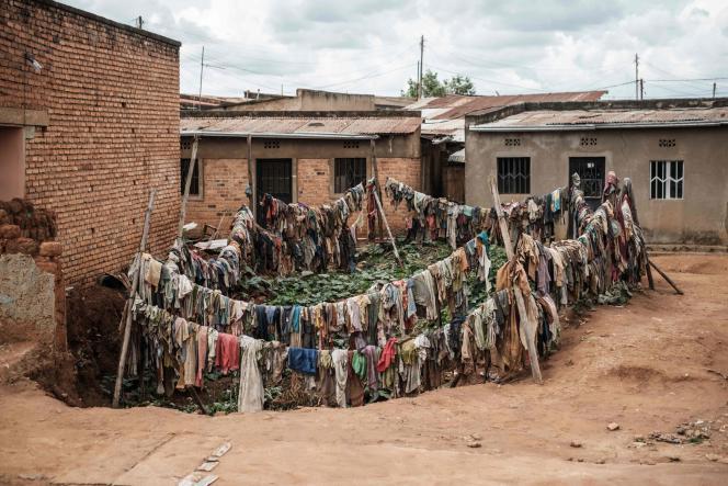 Des vêtements de victimes ceinturent un charnier en commémoration du génocide, à Kabuga (Rwanda), le 9 avril.