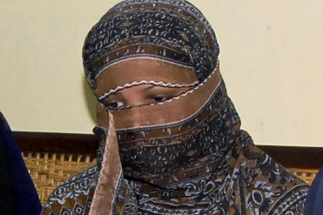 Asia Bibi,condamnée à mort pour blasphème en 2010, après avoir été accusée par deux villageoises musulmanes avec qui elle travaillait d'avoir «insulté le prophète» lors d'une querelle autour d'un verre d'eau,écoute des responsables de la prison de Sheikhupura, près de Lahore au Pakistan, le 20 novembre 2010.