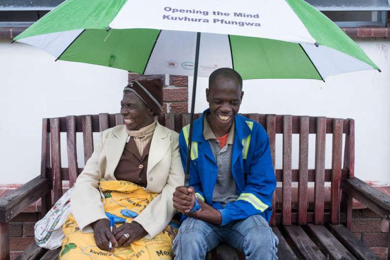 Esilida Mupfumira reçoit ses patientssur un banc en bois dans la clinique de Glen Norah, une banlieue pauvre de Harare, au Zimbabwe.