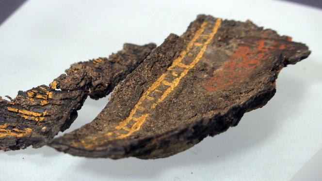 Fragment d'une boîte en bois de 1 400 ans découverte dans la sépulture,seul exemplaire de ce type existant au Royaume-Uni.