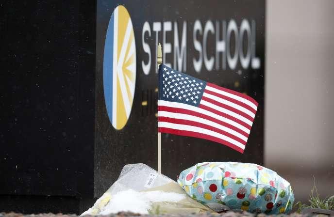 Un drapeau américain planté en hommage aux victimes de la fusillade survenue le 7 mai dans un lycée de la ville d'Highland Ranch dans le Colorado.