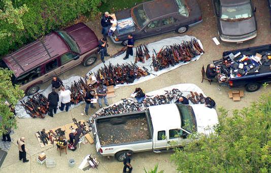 Photo tirée d'une émission télévisée de la chaîne KCBS/KCAL-TV montrant l'arsenal découvert chez un particulier à Los Angeles, le 8 mai.