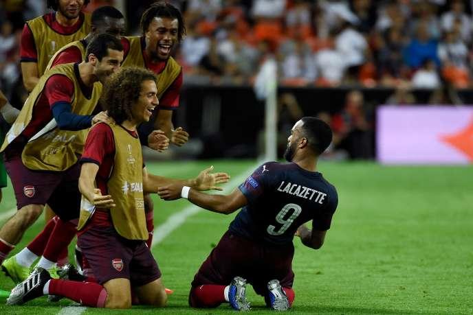 L'attaquant français d'Arsenal Alexandre Lacazette (à droite) fait la fête avec ses coéquipiers après avoir marqué le deuxième but de son équipe lors de la demi-finale retour de la Ligue Europa (ou Europa League) contre le FC Valence, au stade Mestalla, àValence, le 9 mai 2019.