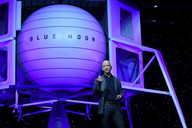 Le PDG d'Amazon, Jeff Bezos, présente«Blue Moon», son projet d'alunisseur, le 9 mai.