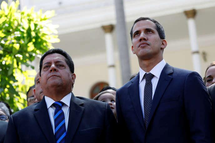 Edgar Zambrano, à gauche, arrêté le 8 mai, ici en compagnie de l'opposant au pouvoir Juan Guaido, le 5 janvier 2019 à Caracas.