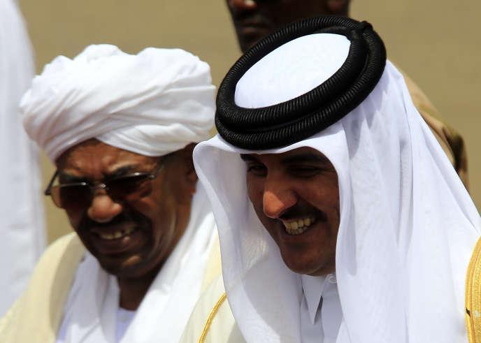 Le président soudanais Omar Al-Bachir accueille l'émir du Qatar, Cheikh Tamim Ben Hamad Al Thani, à l'aéroport de Khartoum, le 2avril 2014.