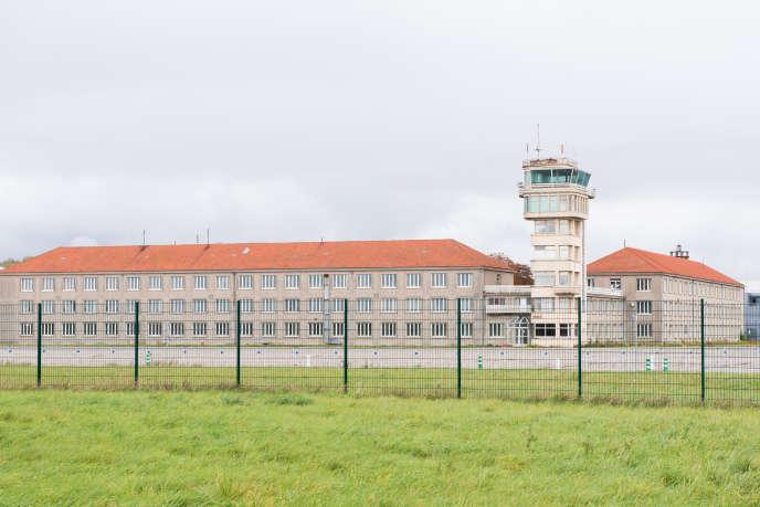 L'ancienne tour de contrôle de la base aérienne de Brétigny surplombe le site, ici en octobre 2017.