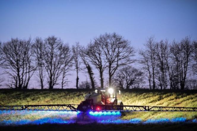 A Saint-Leonard-des-Bois (Sarthe), l'agriculteur français Fabien Denis traite son champ avec un herbicide de la société Monsanto.