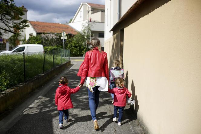 Christelle, 45 ans est la maman de deux filles : Maeva, 13 ans et Eve 7 ans, dont elle s'occupe seule. Elle exerce le métier d'assistante maternelle. Francheville (métropole de Lyon), le jeudi 2 Mai 2019.