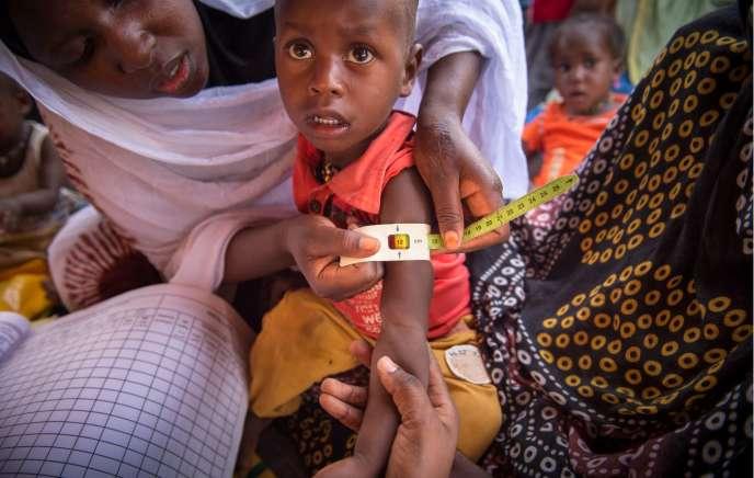 Le niveau de malnutrition d'un enfant est mesuré autour de son bras. Ici, à Kaédi, dans la région du Gorgol, en Mauritanie.