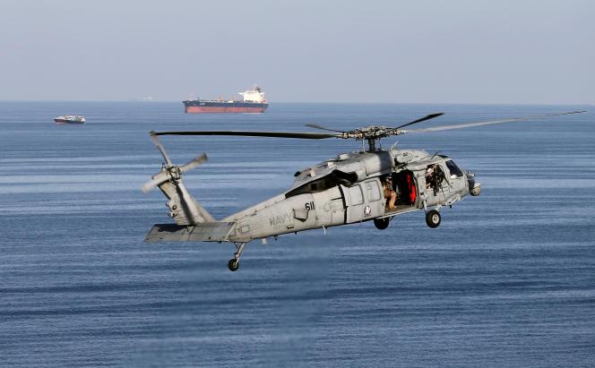 Un hélicoptère américain survole le détroit d'Ormuz, le 21 décembre 2018.