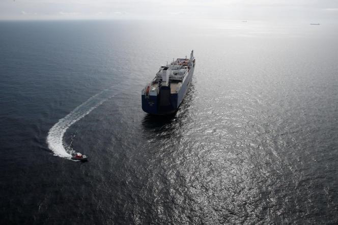 Le cargo saoudien «Bahri-Yanbu», au large du Havre, le 10 mai.