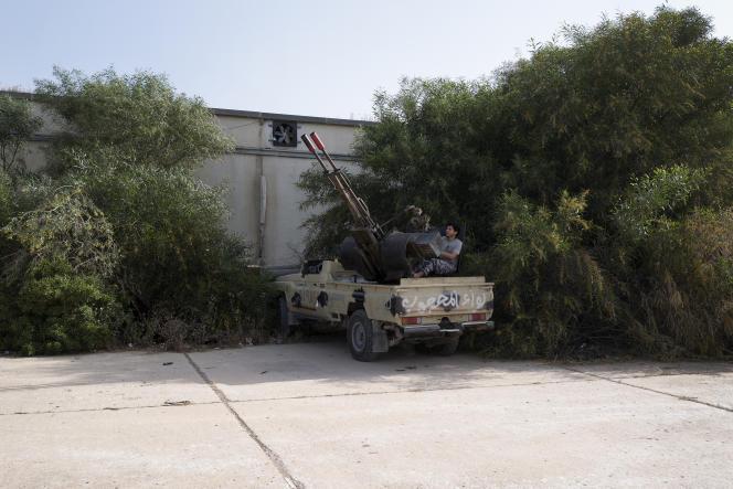 Une base de combattants issus de la milice Mahjoub des forces anti-Haftar, située dans le quartier de Salaheddine, dans le sud de Tripoli, le 26 avril. Ces hommes, originaires de Misrata, dans l'est de Tripoli, sont loyaux aux forces du gouvernement d'«accord national» (GAN), dirigé par Sarraj.