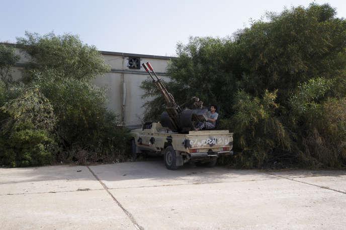 Une base de combattants issus de la milice Mahjoub des forces anti-Haftar, située dans le quartier de Salaheddine, au sud de Tripoli, le 26 avril. Ces hommes, originaires de Misrata, dans l'est de Tripoli, sont loyaux aux forces du gouvernement d'«accord national» (GAN), dirigé par Sarraj.