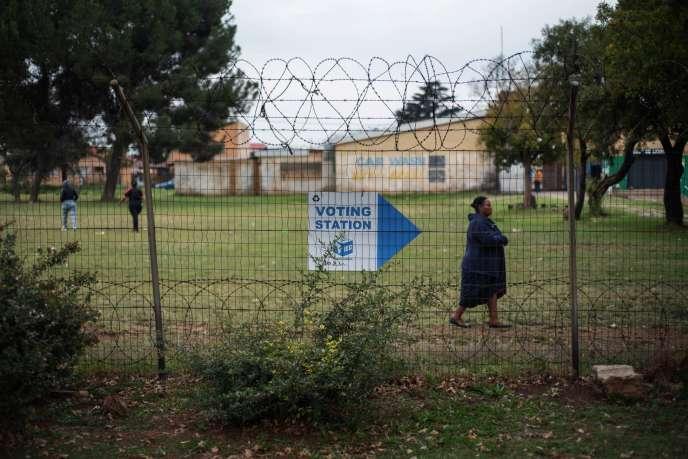 Une électrice se rend à son bureau de vote à Johannesburg, en Afrique du Sud, le 8mai 2019.