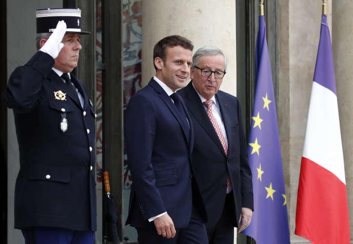 Le président Emmanuel Macron et le président de la Commission européenne, Jean-Claude Juncker, lors d'une rencontre au Palais de l'Elysée, le 10 mai.