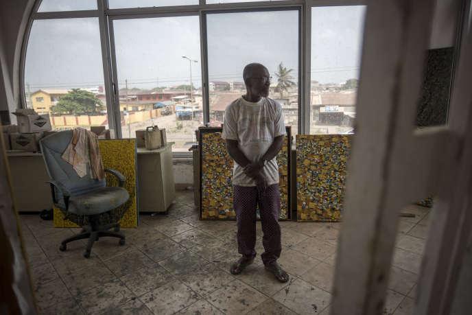 Le peintre ghanéen Ablade Glover dans son atelier de l'Artists Alliance Gallery, à Accra, le 11décembre 2018.