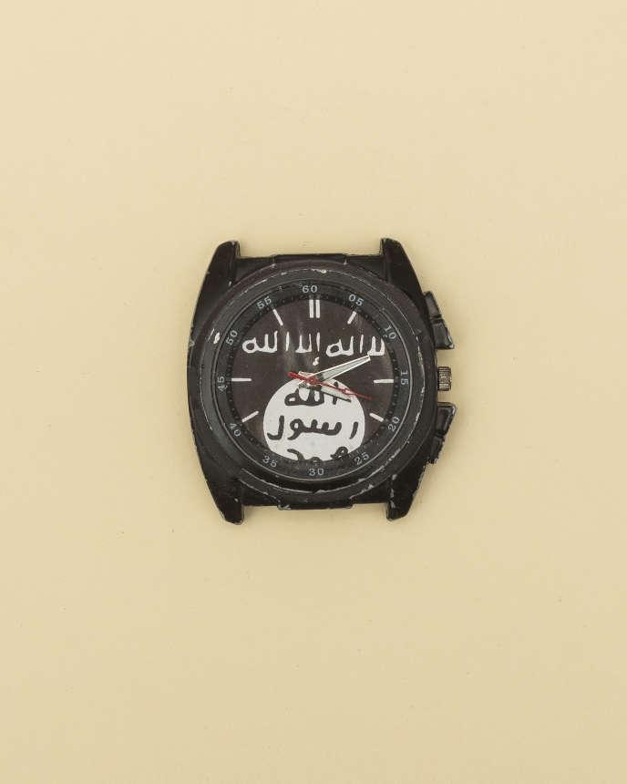 Une montre aux couleurs de l'EI, trouvée à Baghouz, aux confins sud-est de la Syrie, en avril.